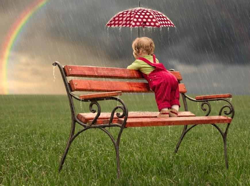 What to take a child on the street in cloudy weather - image №1