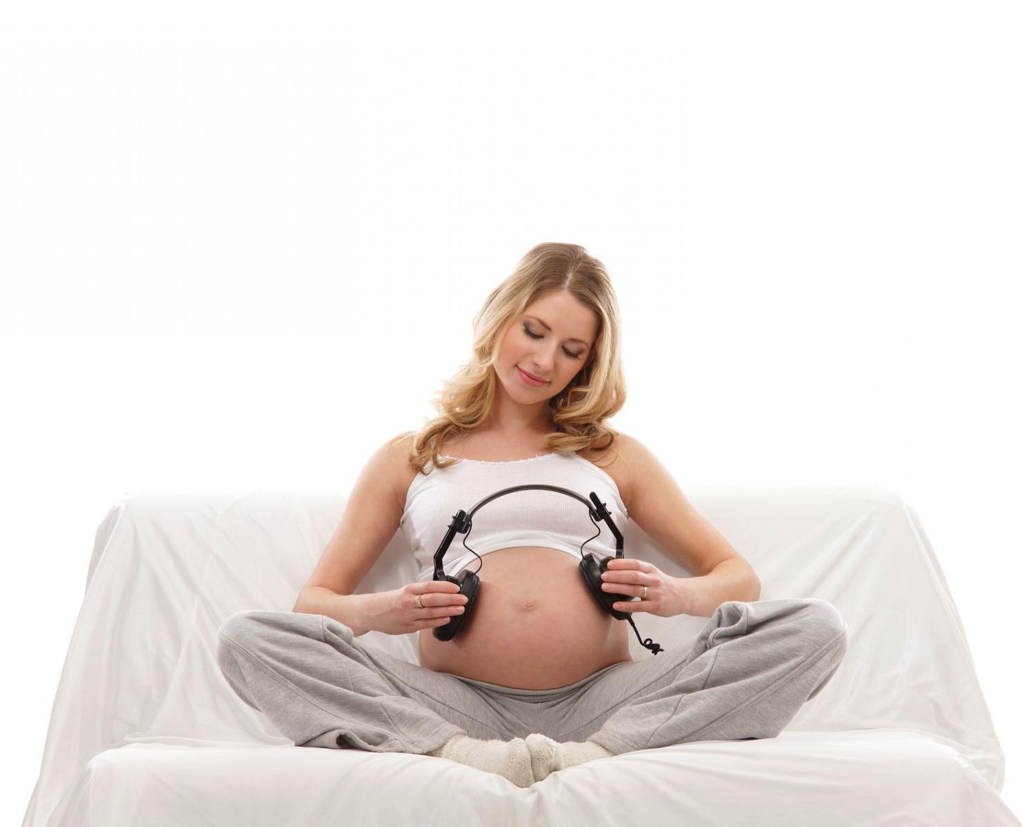 Reading poetry out loud during pregnancy helps the development of the child - image No. 1